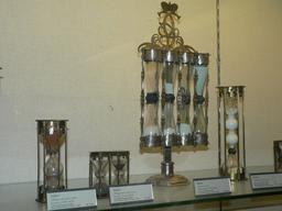 Sabliers du XVIIIème siècle au Louvre. Source : http://data.abuledu.org/URI/524c7d0e-sabliers-du-xviiieme-siecle-au-louvre