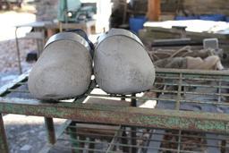 Sabots du fendeur d'ardoise à Trélazé. Source : http://data.abuledu.org/URI/58b3483d-sabots-du-fendeur-d-ardoise-a-trelaze