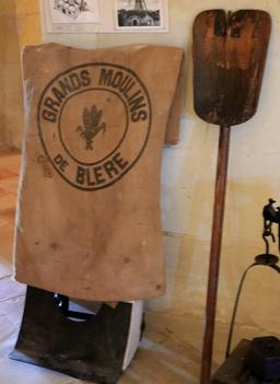Sac des moulins de Bléré et pelle à enfourner. Source : http://data.abuledu.org/URI/55db832b-sac-des-moulins-de-blere-et-pelle-a-enfourner