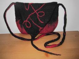Sac en feutre rouge et noir. Source : http://data.abuledu.org/URI/529518ba-sac-en-feutre-rouge-et-noir