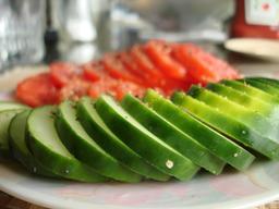 Salade de concombres et tomates. Source : http://data.abuledu.org/URI/52ce7b9d-salade-de-concombres-et-tomates