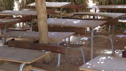 Salle de classe en paillote. Source : http://data.abuledu.org/URI/52e4e8df-salle-de-classe-en-paillote