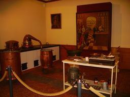 Salle de préparation d'une apothicairerie. Source : http://data.abuledu.org/URI/54a7b2f8-salle-de-preparation-d-une-apothicairerie