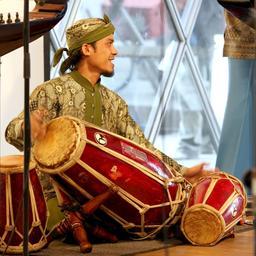 Joueur de kendang indonésien lors d'un concert. Source : http://data.abuledu.org/URI/53514164-sambasunda-quintett-in-cologne-0203-jpg