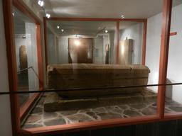 Sarcophage en pierre médiéval à Skalholt en Islande. Source : http://data.abuledu.org/URI/54cbb6c0-sarcophage-en-pierre-medieval-a-skalholt-en-islande