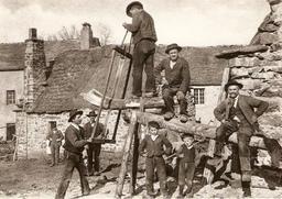 Scieurs de long vers 1900 dans le Forez. Source : http://data.abuledu.org/URI/53a9fbd6-scieurs-de-long-vers-1900-dans-le-forez
