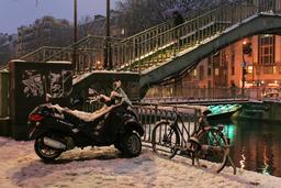 Scooter sous la neige à Paris. Source : http://data.abuledu.org/URI/58e6b776-scooter-sous-la-neige-a-paris