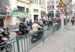 Scooters à Shanghai. Source : http://data.abuledu.org/URI/58e6acc7-scooters-a-shanghai