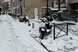 Scooters parisiens sous la neige. Source : http://data.abuledu.org/URI/58e6ba94-scooters-parisiens-sous-la-neige