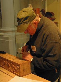 Sculpteur sur bois au travail. Source : http://data.abuledu.org/URI/55185fad-sculpteur-sur-bois-au-travail