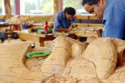 Sculpteur sur bois maori. Source : http://data.abuledu.org/URI/5518607a-sculpteur-sur-bois-maori