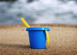 Seau de plage, jouet d'enfant. Source : http://data.abuledu.org/URI/47f4e5c3-seau-de-plage-jouet-d-enfant