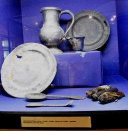 Service en étain en provenance des recherches archéologiques à Vanikoro. Source : http://data.abuledu.org/URI/596e489a-service-en-etain-en-provenance-des-recherches-archeologiques-a-vanikoro