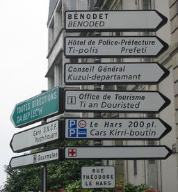 Signalisation bilingue dans les rues de Quimper en 2003. Source : http://data.abuledu.org/URI/52bc9f8a-signalisation-bilingue-dans-les-rues-de-quimper-en-2003