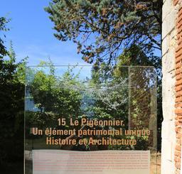 Signalisation du pigeonnier du Clos Lucé. Source : http://data.abuledu.org/URI/55cd2014-signalisation-du-pigeonnier-du-clos-luce