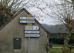 Signalisation routière en Béarn. Source : http://data.abuledu.org/URI/58669b65-signalisation-routiere-en-bearn