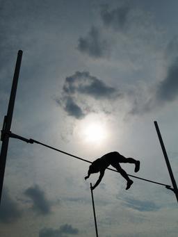Silhouette d'un sauteur à la perche. Source : http://data.abuledu.org/URI/53b71b22-silhouette-d-un-sauteur-a-la-perche