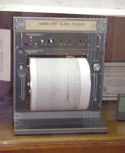 Sismomètre. Source : http://data.abuledu.org/URI/5093e571-sismometre
