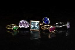 Six bagues avec pierres précieuses. Source : http://data.abuledu.org/URI/53135678-six-bagues-avec-pierres-precieuses