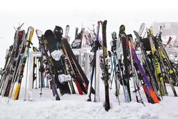 Skis sous la neige. Source : http://data.abuledu.org/URI/54120a6c-skis-sous-la-neige