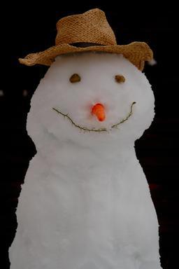 Bonhomme de neige souriant. Source : http://data.abuledu.org/URI/50f88ece-snowman-souriant