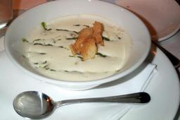 Soupe de céleri servie dans une assiette. Source : http://data.abuledu.org/URI/546daf52-soupe-de-celeri-servie-dans-une-assiette