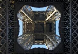 Sous la Tour Eiffel. Source : http://data.abuledu.org/URI/53e3301d-sous-la-tour-eiffel
