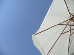 Sous un grand parasol blanc. Source : http://data.abuledu.org/URI/55071c89-sous-un-grand-parasol-blanc
