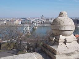 Sphère en pierre à Budapest. Source : http://data.abuledu.org/URI/55181271-sphere-en-pierre-a-budapest