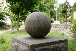 Sphère en pierre à Waldhufen. Source : http://data.abuledu.org/URI/55180d5c-sphere-en-pierre-a-waldhufen