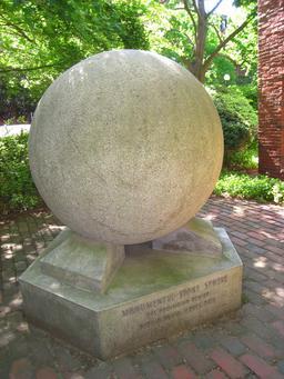 Sphère en pierre précolombienne. Source : http://data.abuledu.org/URI/551810b4-sphere-en-pierre-precolombienne