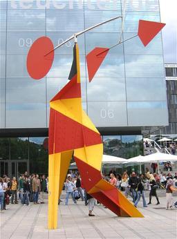 Stabile de Calder avec disque rouge. Source : http://data.abuledu.org/URI/541e8c35-stabile-de-calder-avec-disque-rouge