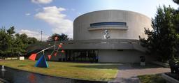 Stabile de Calder devant le Hirshhorn Museum à Washington. Source : http://data.abuledu.org/URI/541ed994-stabile-de-calder-devant-le-hirshhorn-museum-a-washington