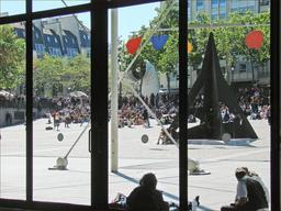Stabile de Calder sur la piazza du centre Georges Pompidou. Source : http://data.abuledu.org/URI/541e9d32-stabile-de-calder-sur-la-piazza-du-centre-georges-pompidou