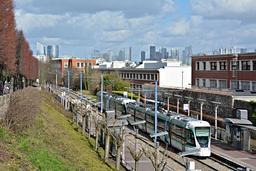 Station de ligne de tramway dans la banlieue de Paris. Source : http://data.abuledu.org/URI/555adcff-station-de-ligne-de-tramway-dans-la-banlieue-de-paris