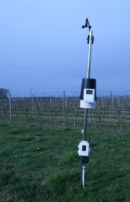 Station météo dans un vignoble. Source : http://data.abuledu.org/URI/56c3c081-station-meteo-dans-un-vignoble