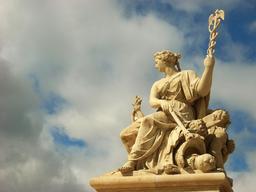 Statue à l'entrée du palais de Versailles. Source : http://data.abuledu.org/URI/5019a7ad-statue-a-l-entree-du-palais-de-versailles
