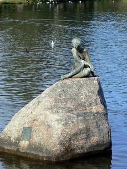 Statue au bord du lac d'Eutin. Source : http://data.abuledu.org/URI/521e4bc9-statue-au-bord-du-lac-d-eutin