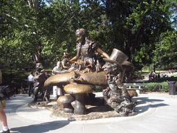 Statue d'Alice au Pays des Merveilles. Source : http://data.abuledu.org/URI/532d6b38-statue-d-alice-au-pays-des-merveilles