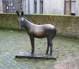 Statue d'âne. Source : http://data.abuledu.org/URI/54a17b21-statue-d-ane