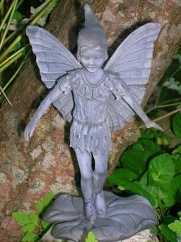 Statue d'elfe en résine. Source : http://data.abuledu.org/URI/53444d1e-statue-d-elfe-en-resine-
