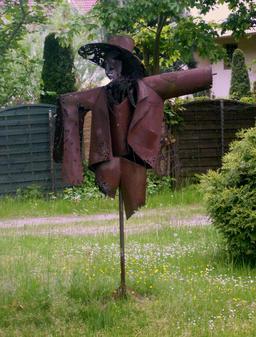Statue d'épouvantail métallique. Source : http://data.abuledu.org/URI/520a6bef-statue-d-epouvantail-metallique