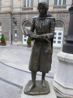 Statue d'étudiante à Oviedo. Source : http://data.abuledu.org/URI/55ddfc6f-statue-d-etudiante-a-oviedo