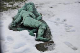 Statue dans la neige à Copenhague. Source : http://data.abuledu.org/URI/59180ad0-statue-dans-la-neige-a-copenhague