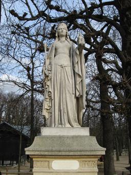 Statue de Berthe au grand pied au Jardin du Luxembourg. Source : http://data.abuledu.org/URI/52d01f0d-statue-de-berthe-au-grand-pied-au-jardin-du-luxembourg