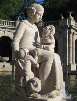 Statue de Blanche-Neige et trois nains. Source : http://data.abuledu.org/URI/5346e2f7-statue-de-blanche-neige-et-trois-nains