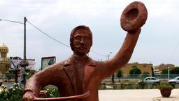 Statue de cycliste saluant. Source : http://data.abuledu.org/URI/5339daee-statue-de-cycliste-saluant