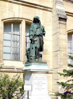 Statue de Denis Papin. Source : http://data.abuledu.org/URI/52d72055-statue-de-denis-papin