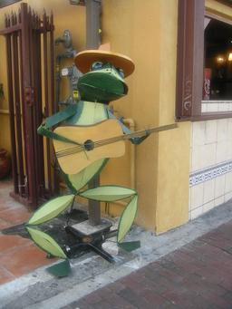 Statue de grenouille guitariste. Source : http://data.abuledu.org/URI/5351b981-statue-de-grenouille-guitariste
