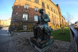 Statue de Hans Christian Andersen à Copenhague. Source : http://data.abuledu.org/URI/59180f9b-statue-de-hans-christian-andersen-a-copenhague